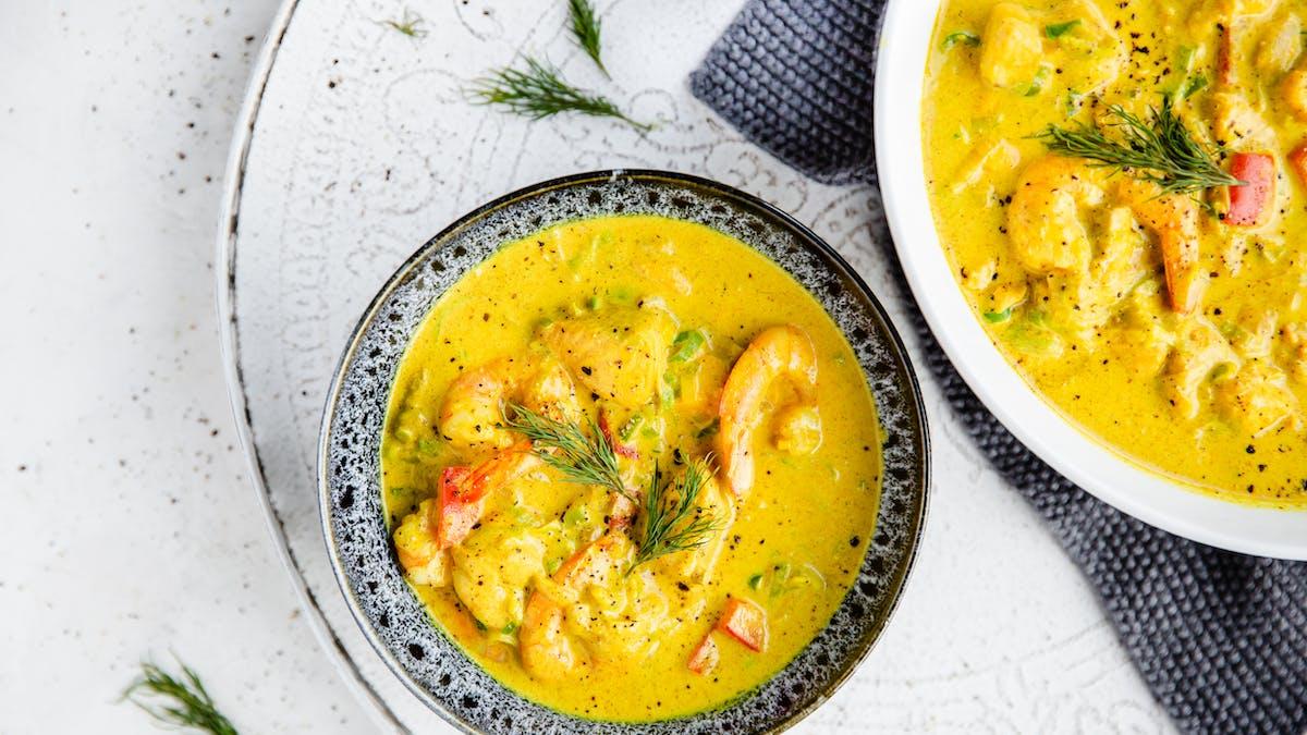 Het fisksoppa med curry och räkor