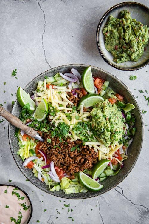 Tacosallad med salsadressing och guacamole