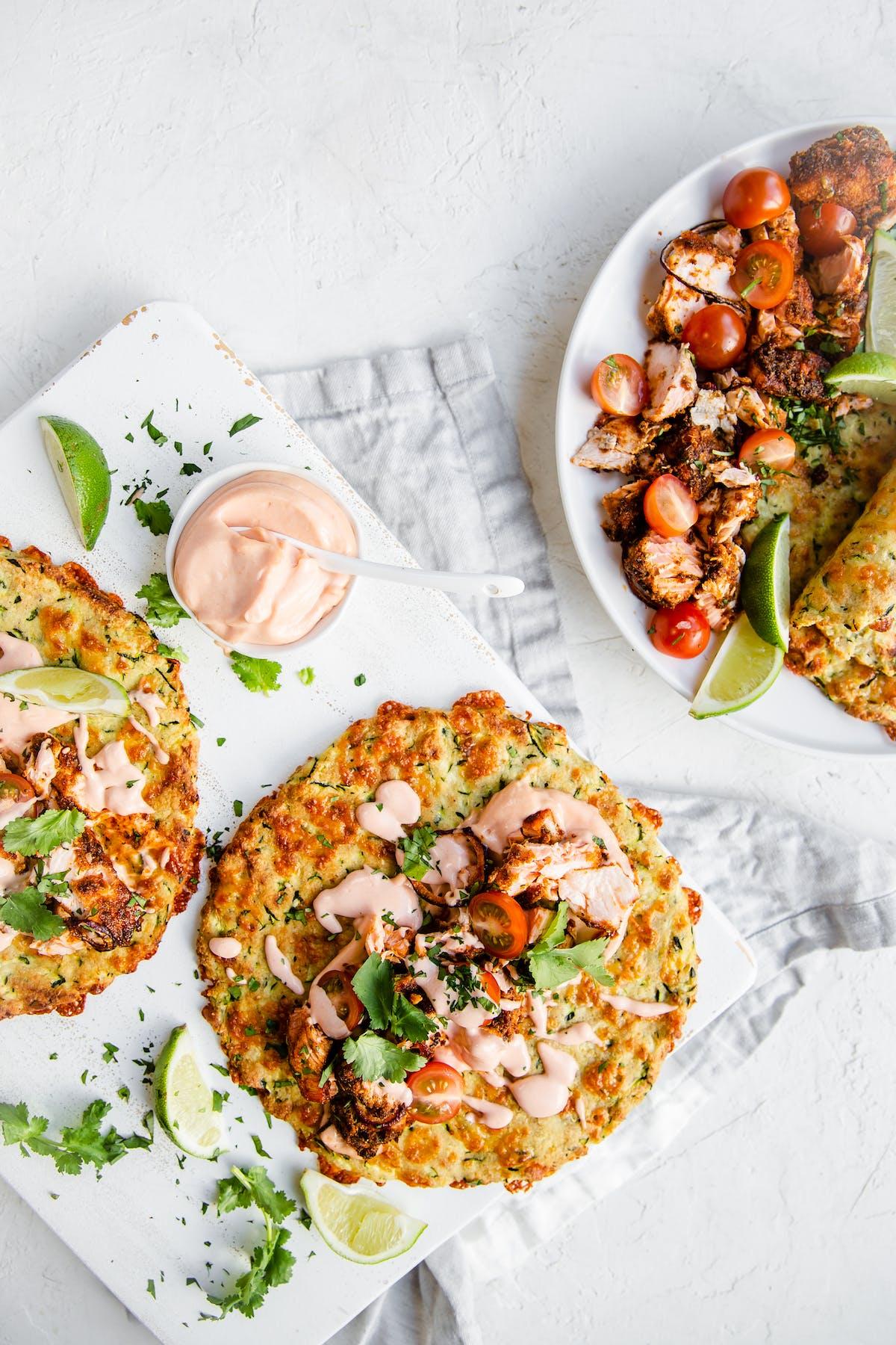 Lax-tacos med zucchinitortillas och chipotlemajonnäs