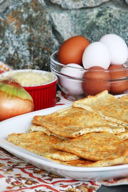 LCHF-bröd med karamelliserad lök och cheddarost