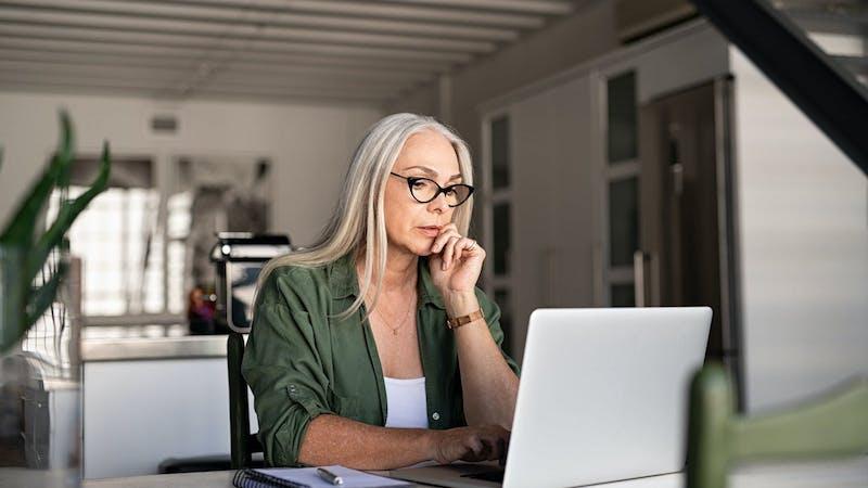 woman-looking-at-computer