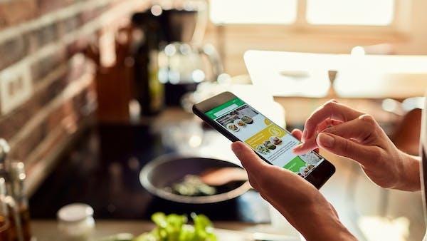 Uppnå dina hälsomål snabbare med vår app Diet Doctor Eat – nu på svenska!