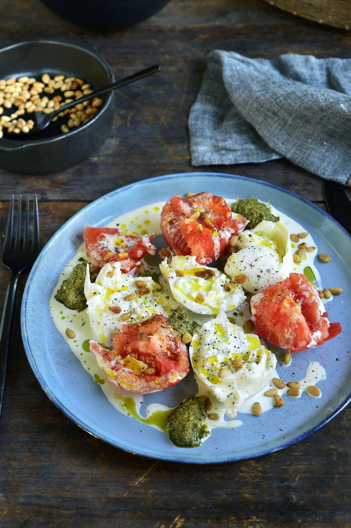 Burrata med tomat, grädde och pesto
