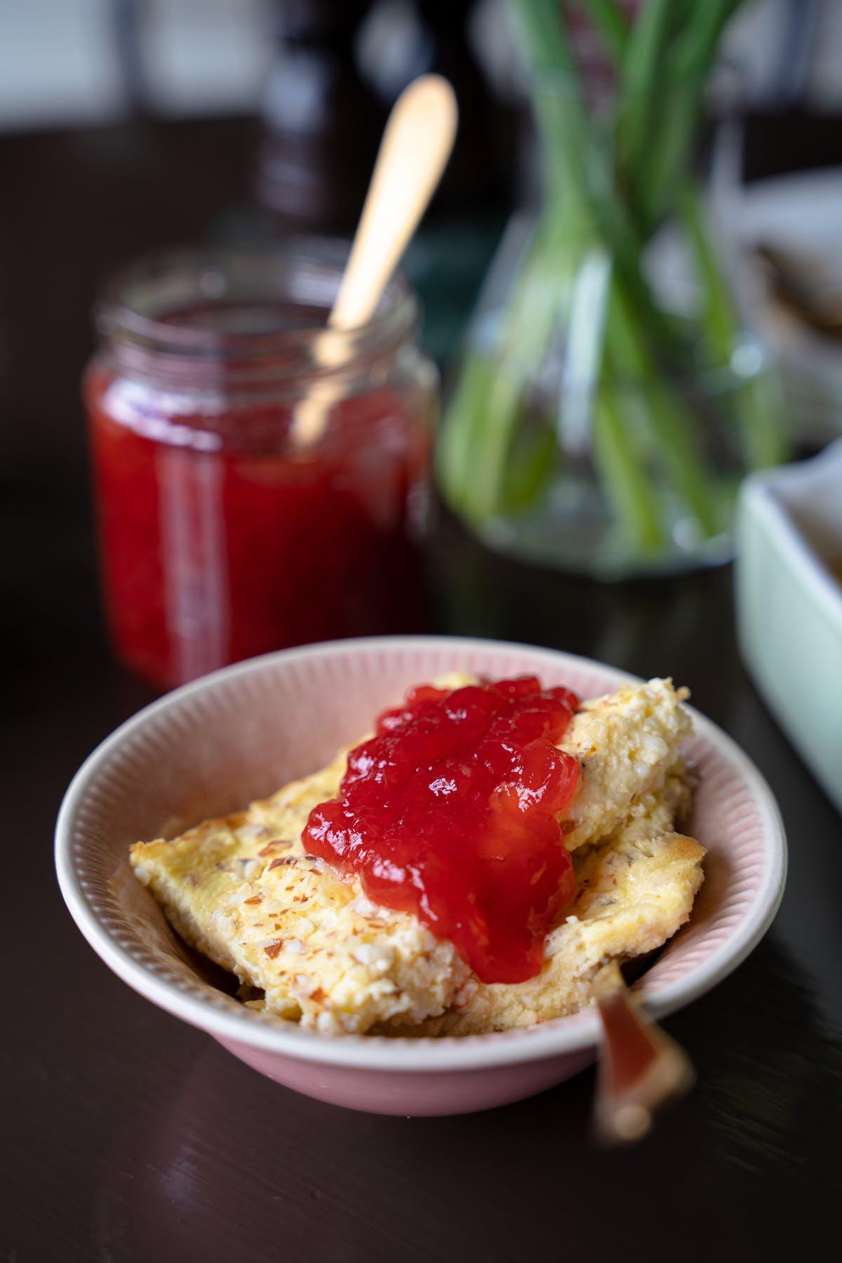 LCHF-ostkaka med sockerfri jordgubbssylt