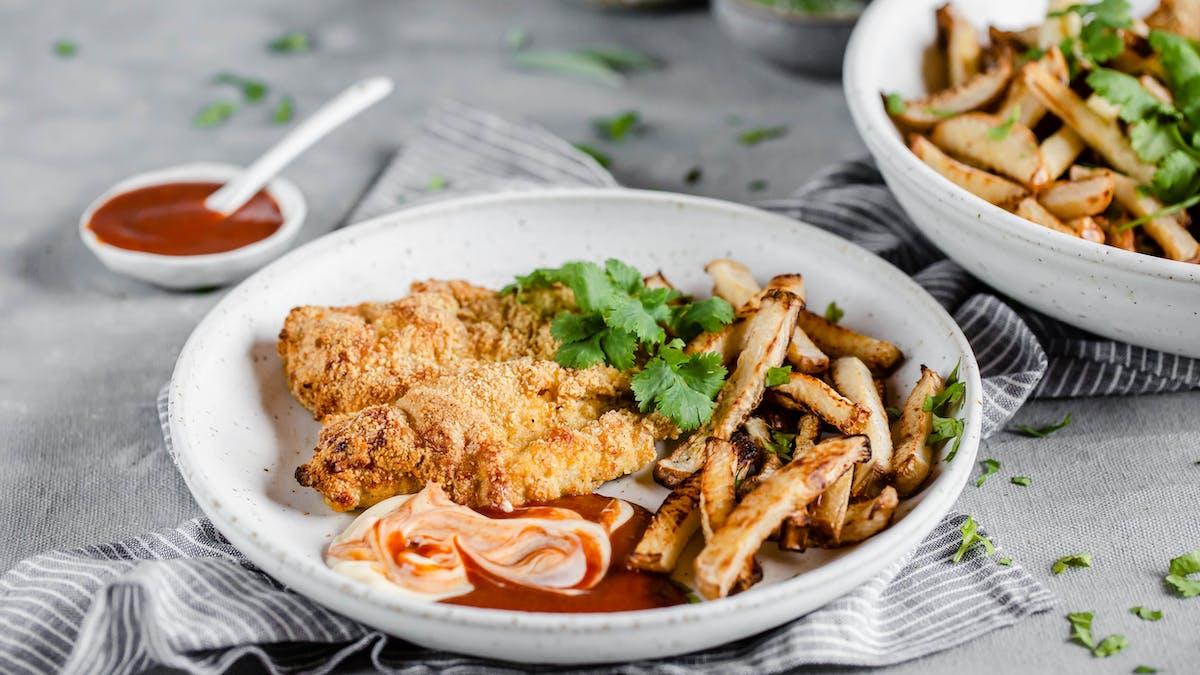 Panerad LCHF-kyckling med kålrotspommes och BBQ-sås