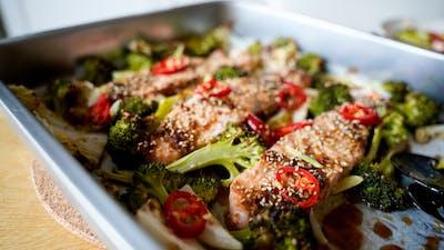 Ugnsbakad lax med grönsaker och teriyakisås