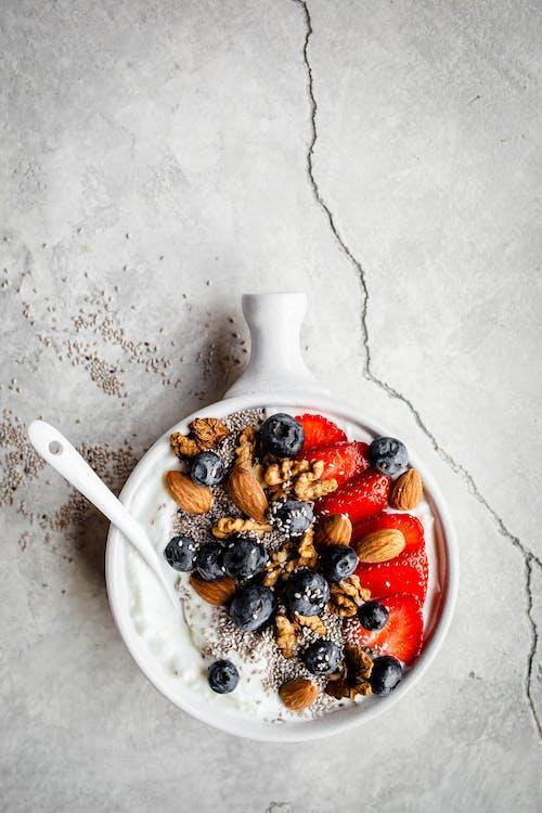 Frukostbowl med nötter och bär