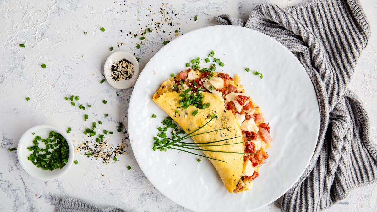 Omelett med kalkon, bacon och soltorkade tomater