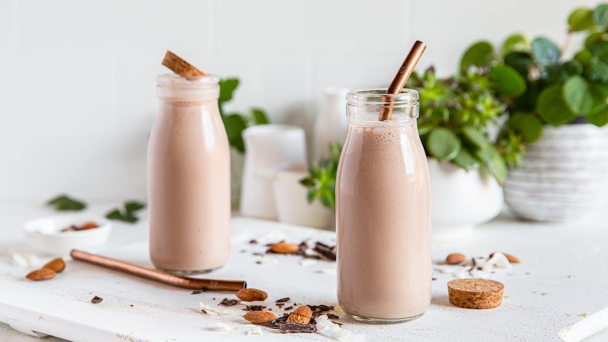 Proteinrik smoothie med smak av choklad och mandel