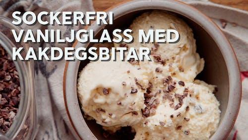 Sockerfri vaniljglass med kakdegsbitar