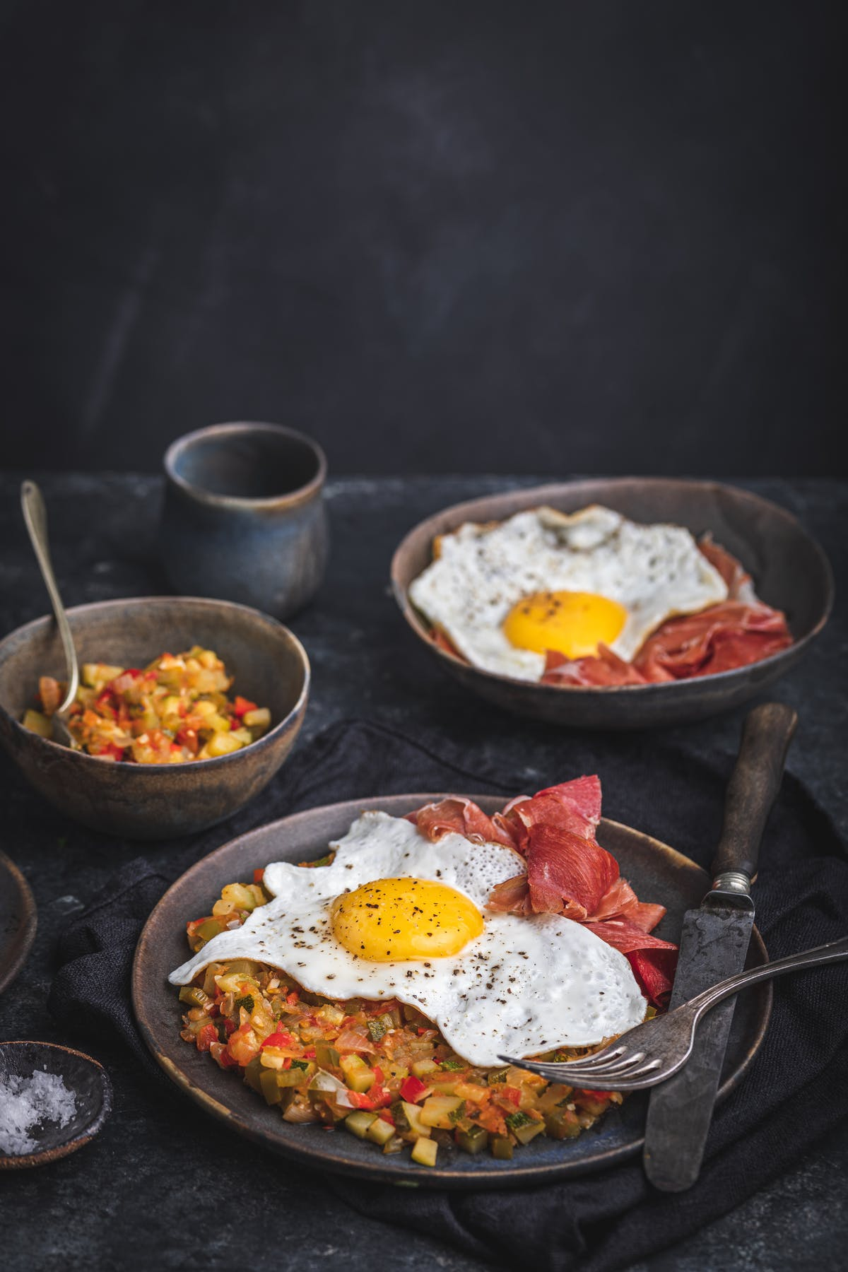 Spansk ratatouille med ägg och serranoskinka