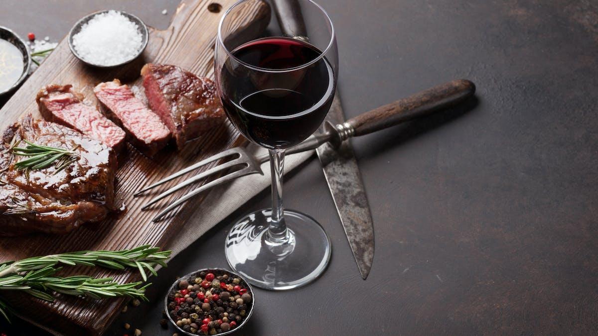Får det vara ett glas torrt vin till maten?