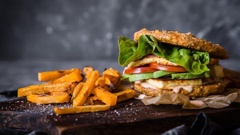 Halloumi burger with rutabaga fries_h
