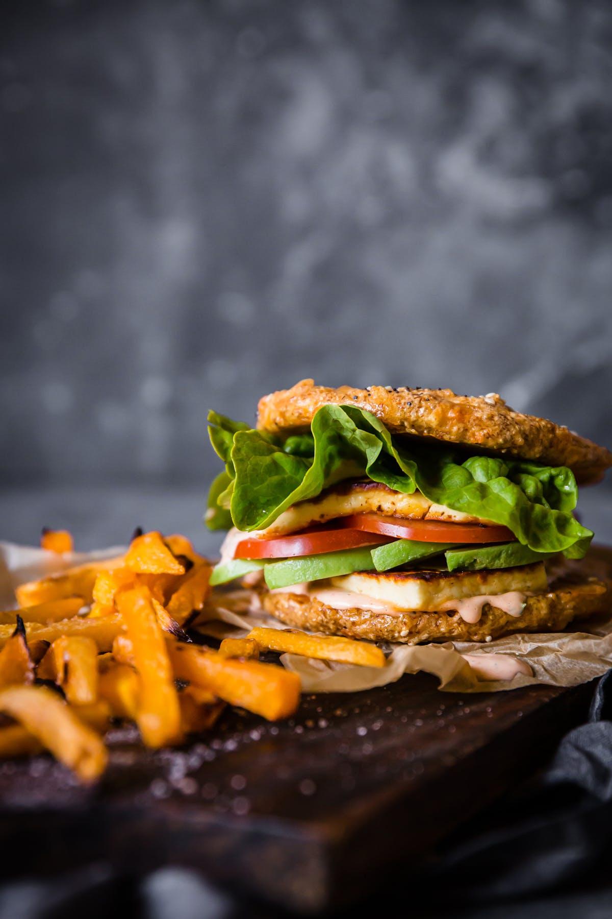 Halloumi burger with rutabaga fries