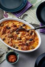 番茄酱鸡肉砂锅配费塔奶酪和橄榄