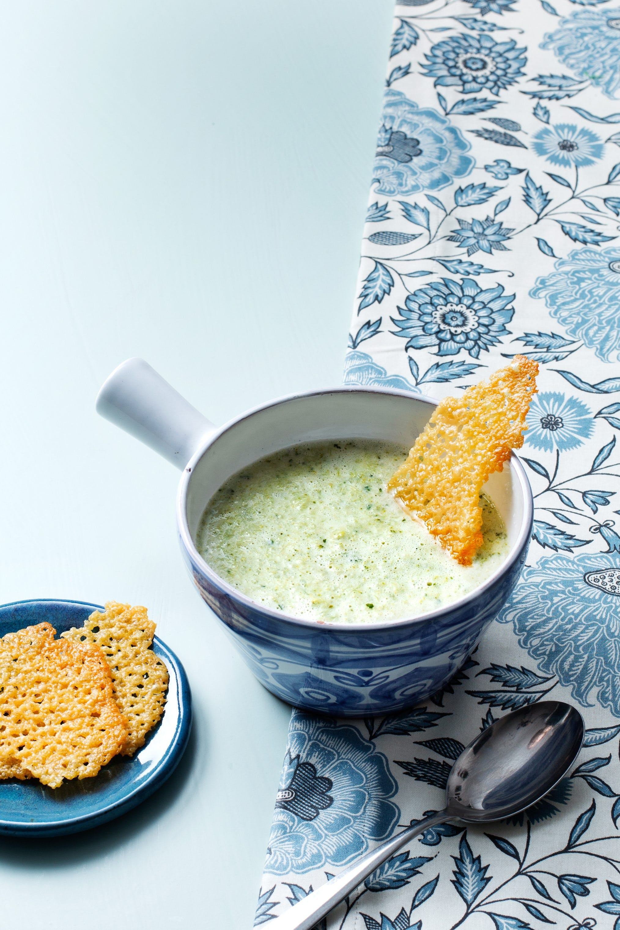 Creamy low-carb broccoli and leek soup