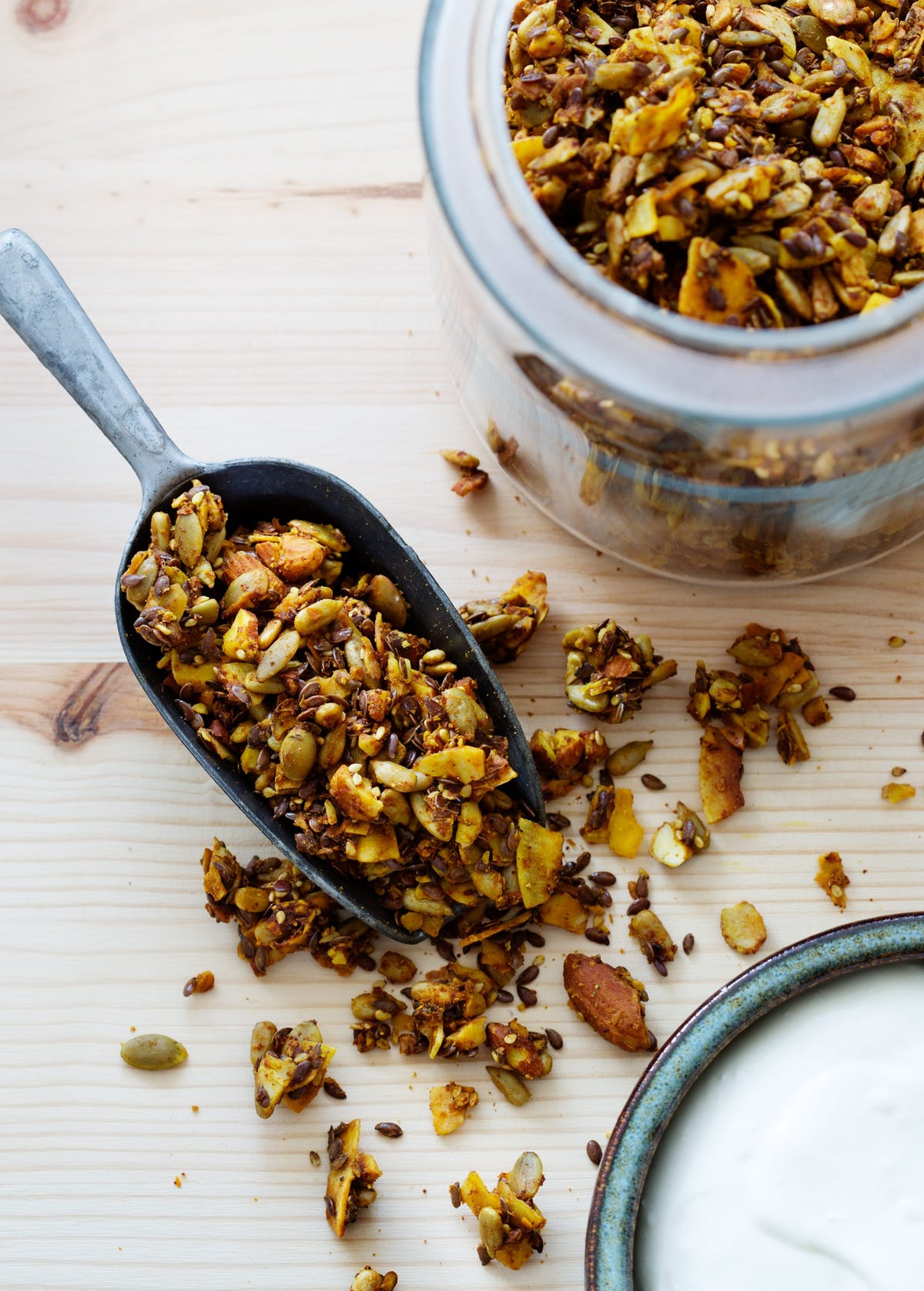 Golden low-carb granola