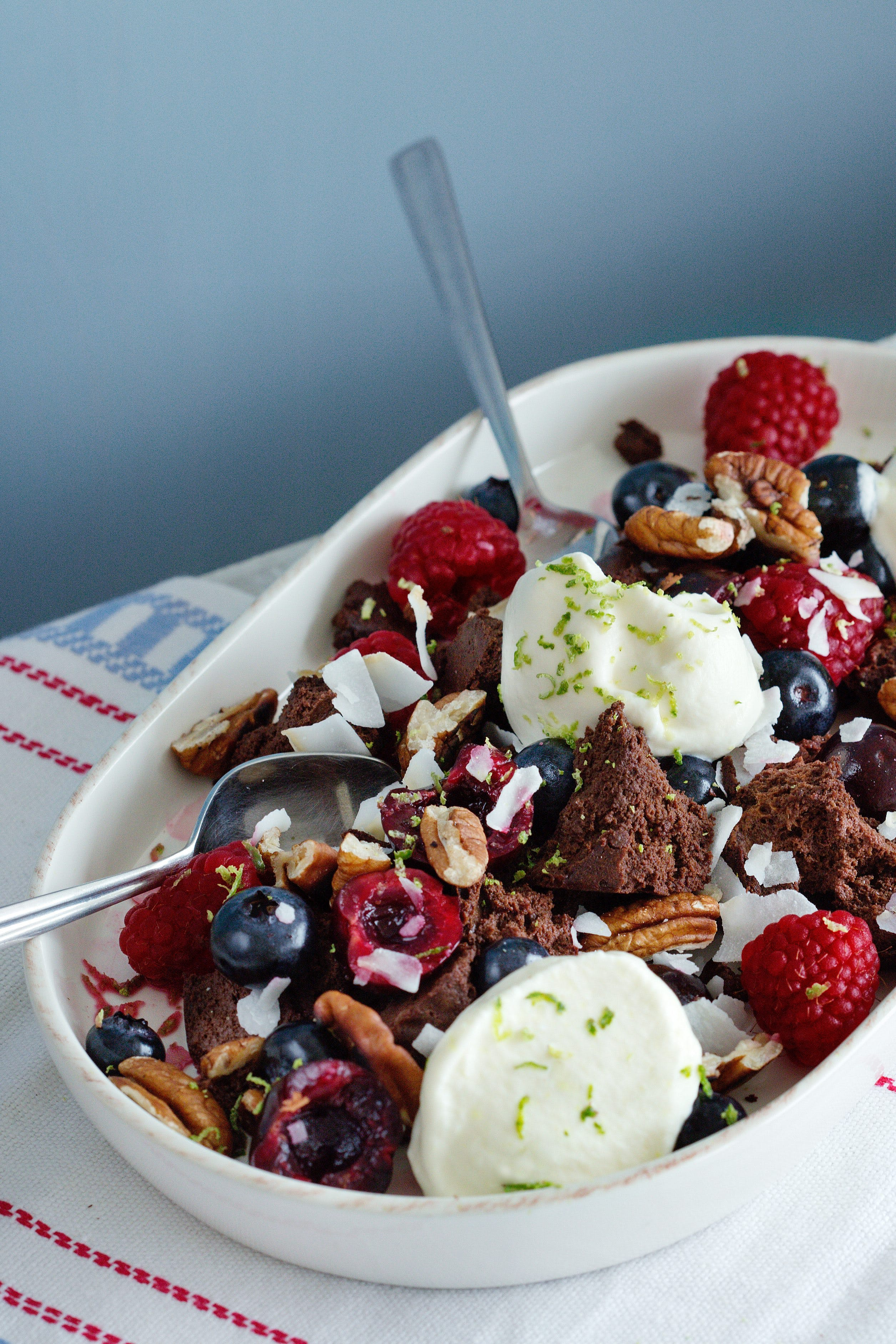 Low-carb chocolate mess with berries and cream