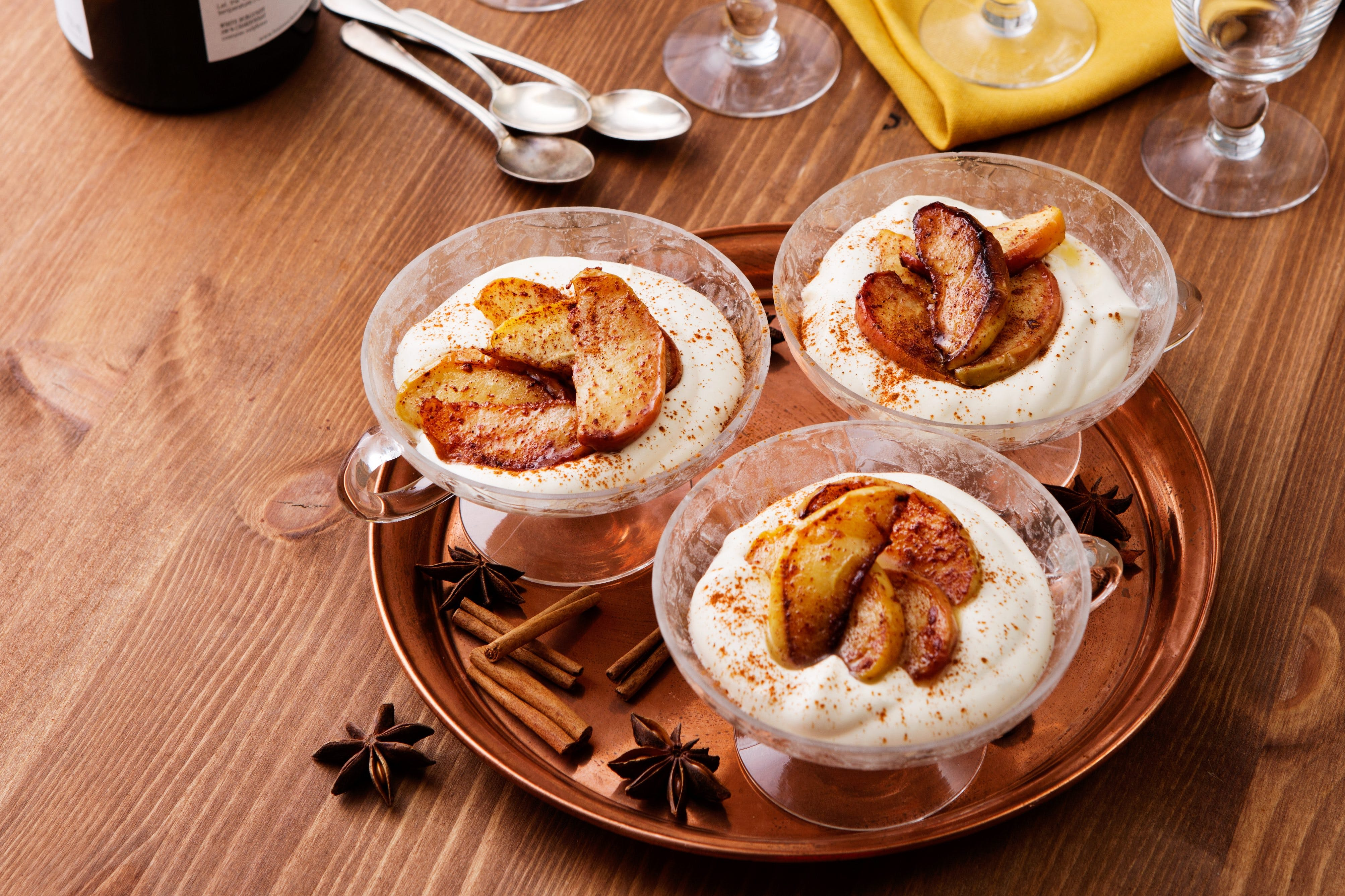 Low-carb cinnamon apples with vanilla sauce