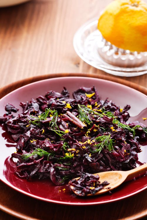 Low-carb oriental red cabbage salad