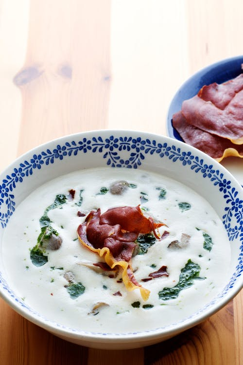 Low-carb mushroom soup with Parma-ham chips