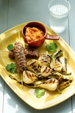 Low-carb beef skewers with grilled onions