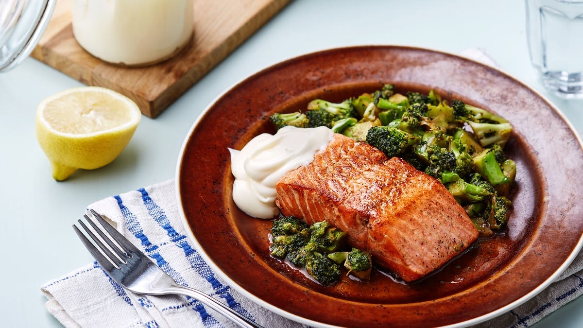 Keto fried salmon with broccoli and lemon mayo