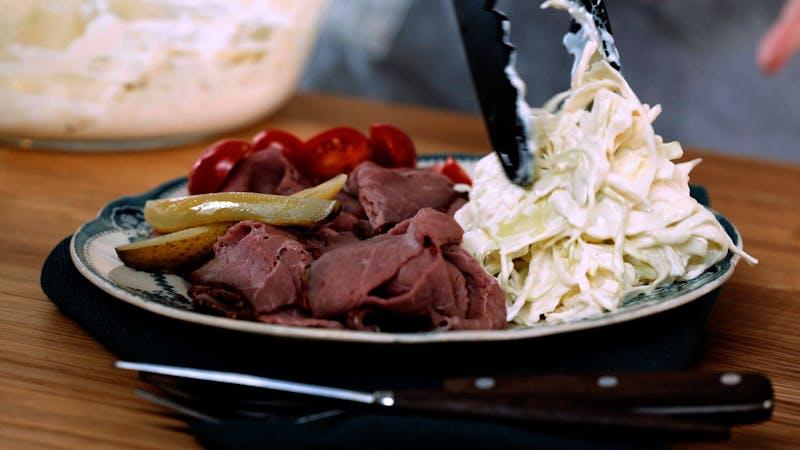 烤牛肉和凉拌卷心菜