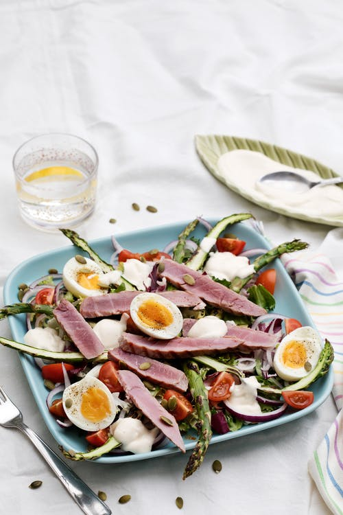 Grilled tuna salad with garlic dressing