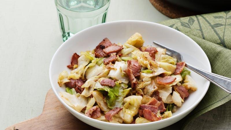 与脆熏肉和黄油炒白菜