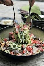西红柿西葫芦面,蘑菇和帕尔马酱