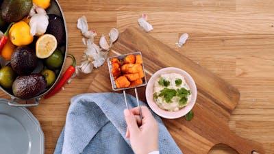 牛油果蘸哈洛米薯条