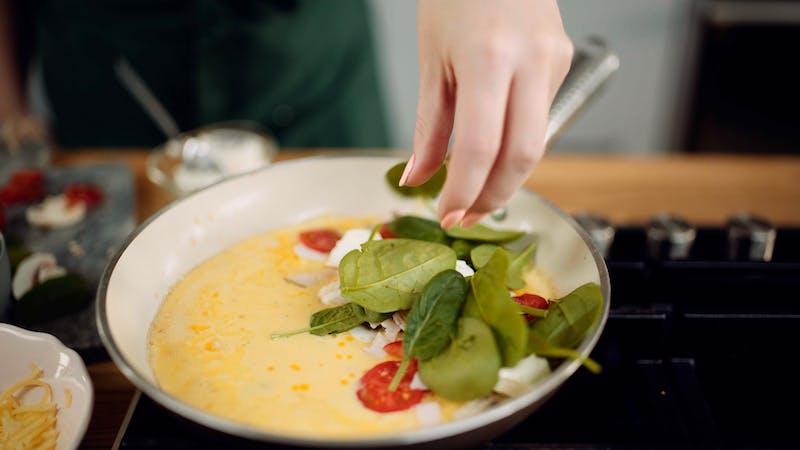 吉尔\ ' s cheese-crusted煎蛋卷
