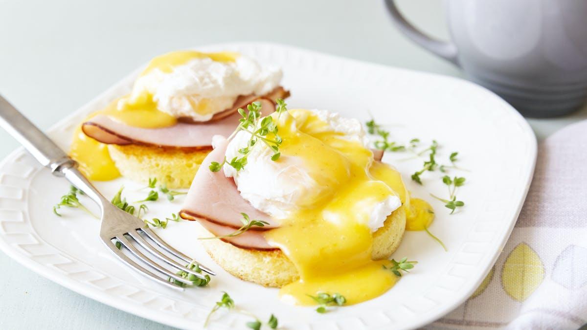 Keto eggs Benedict with mug bread