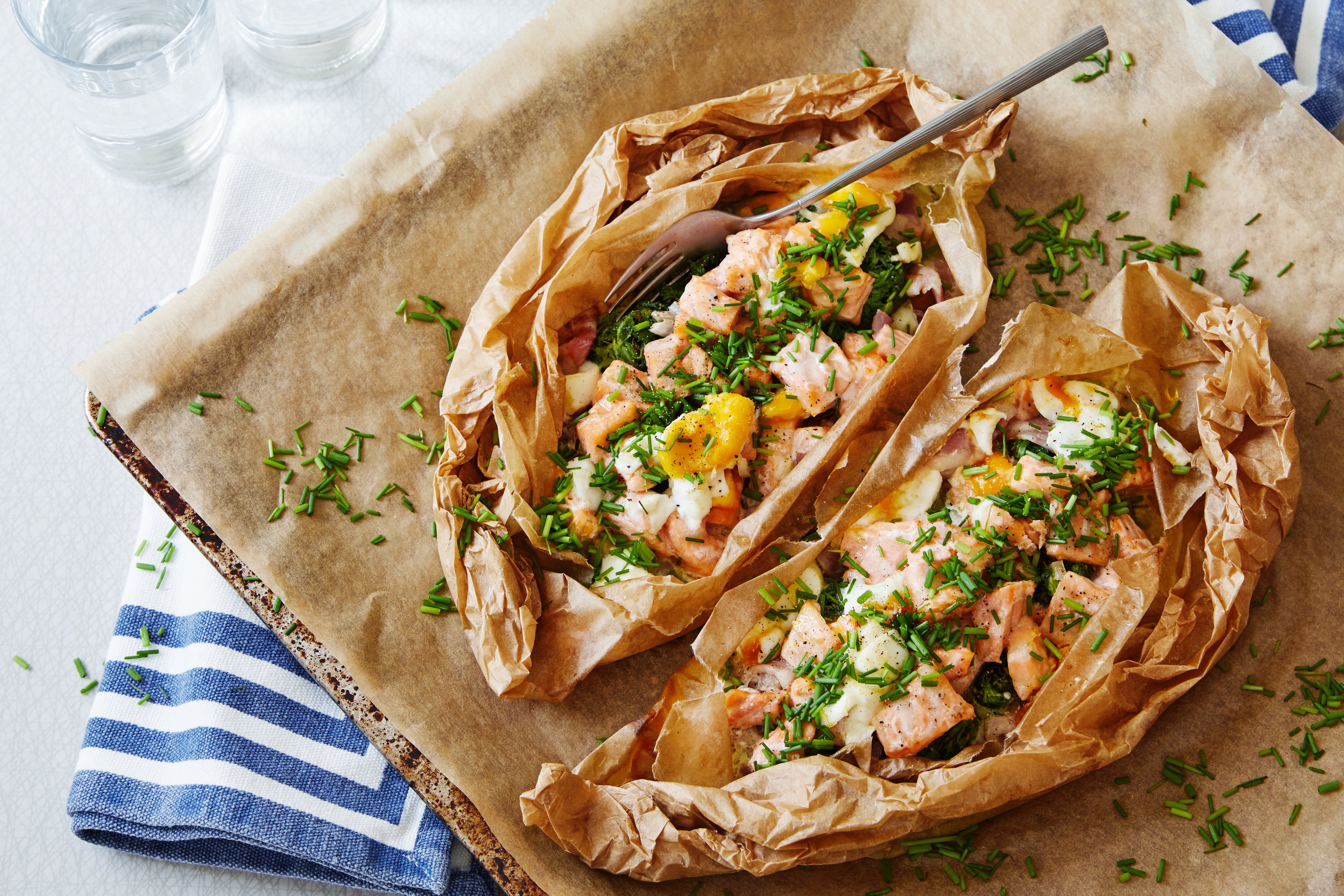 Parchment-baked salmon with spinach and egg