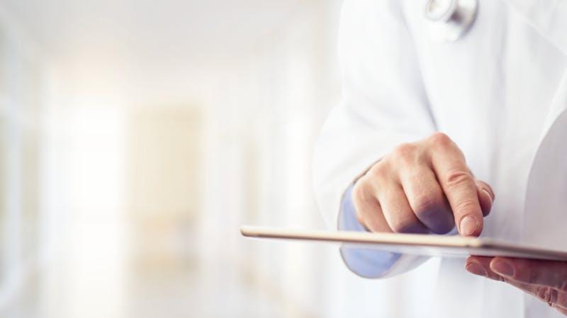男性医生使用他的数字药片