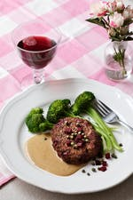 Beef burgers with beets, cream sauce and broccoli