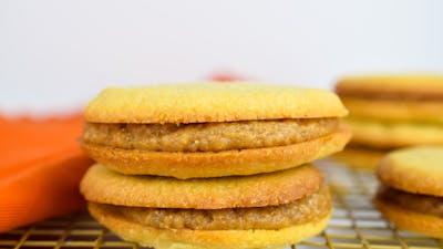 Keto Argentine cookie and caramel sandwiches (Alfajores)