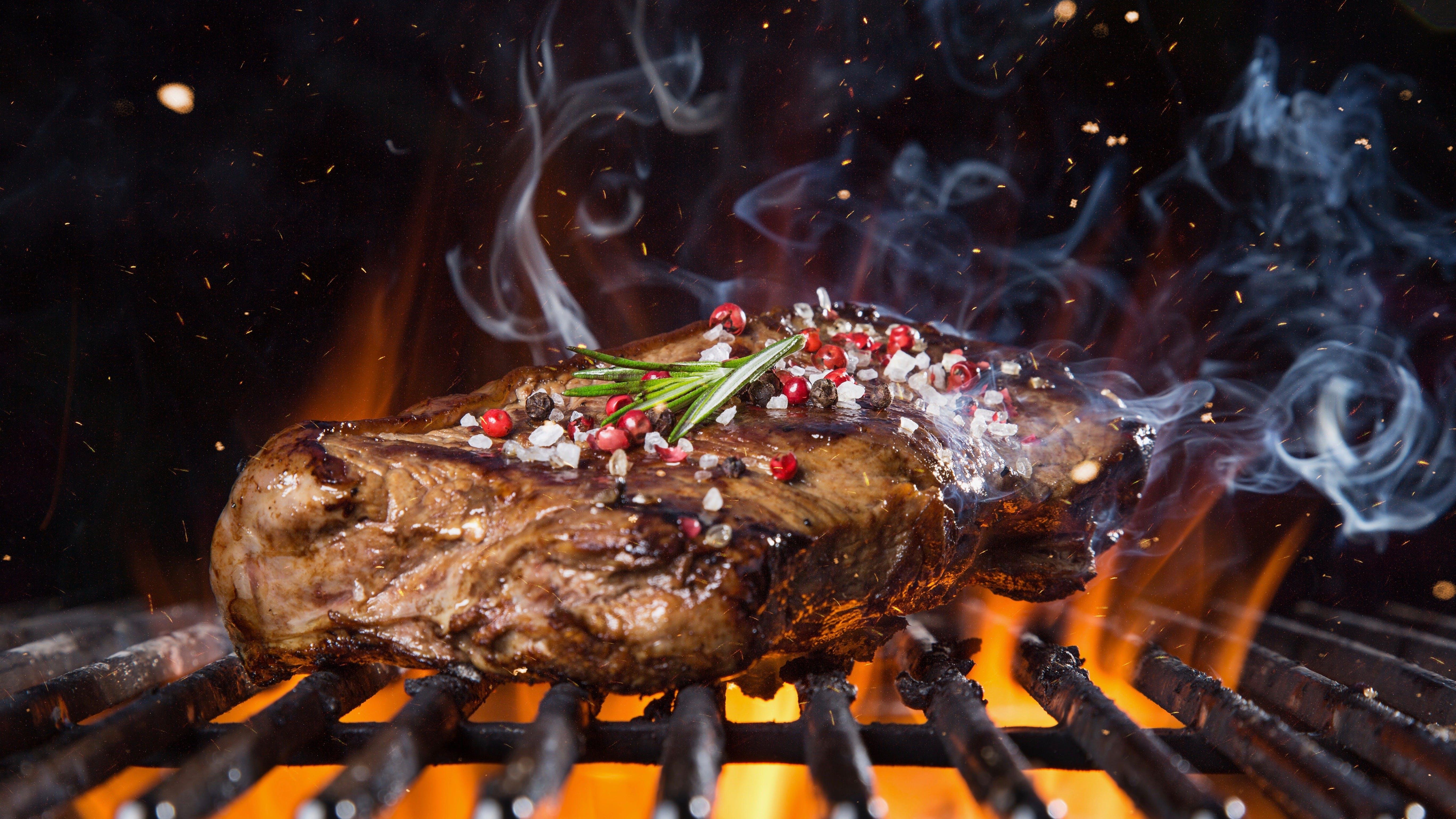 bifteck sur le gril avec les flames