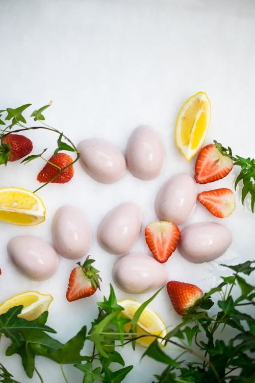 Low-carb strawberry cream gummies