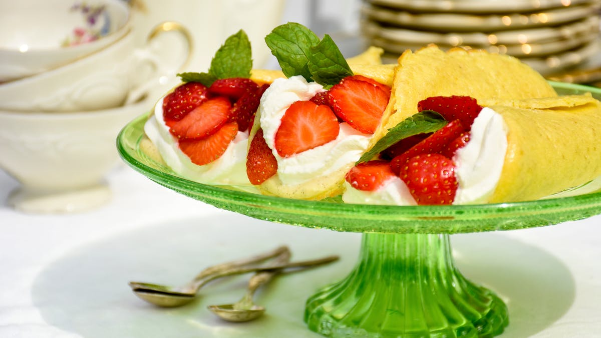 Low-carb vanilla and strawberry dessert wraps