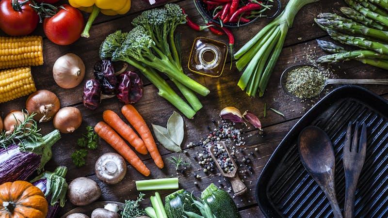 在质朴的木桌上准备烹饪的新鲜蔬菜GydF4y2Ba