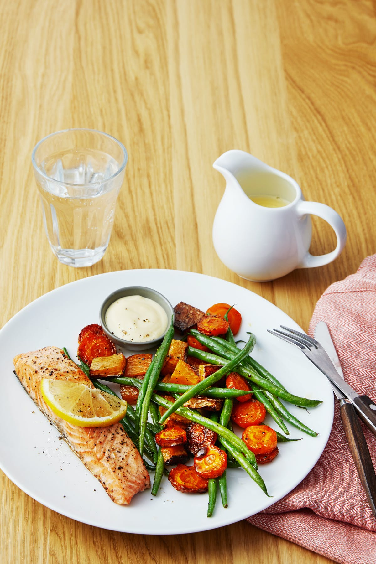 Oven-baked salmon with root vegetables, green beans and hollandaise