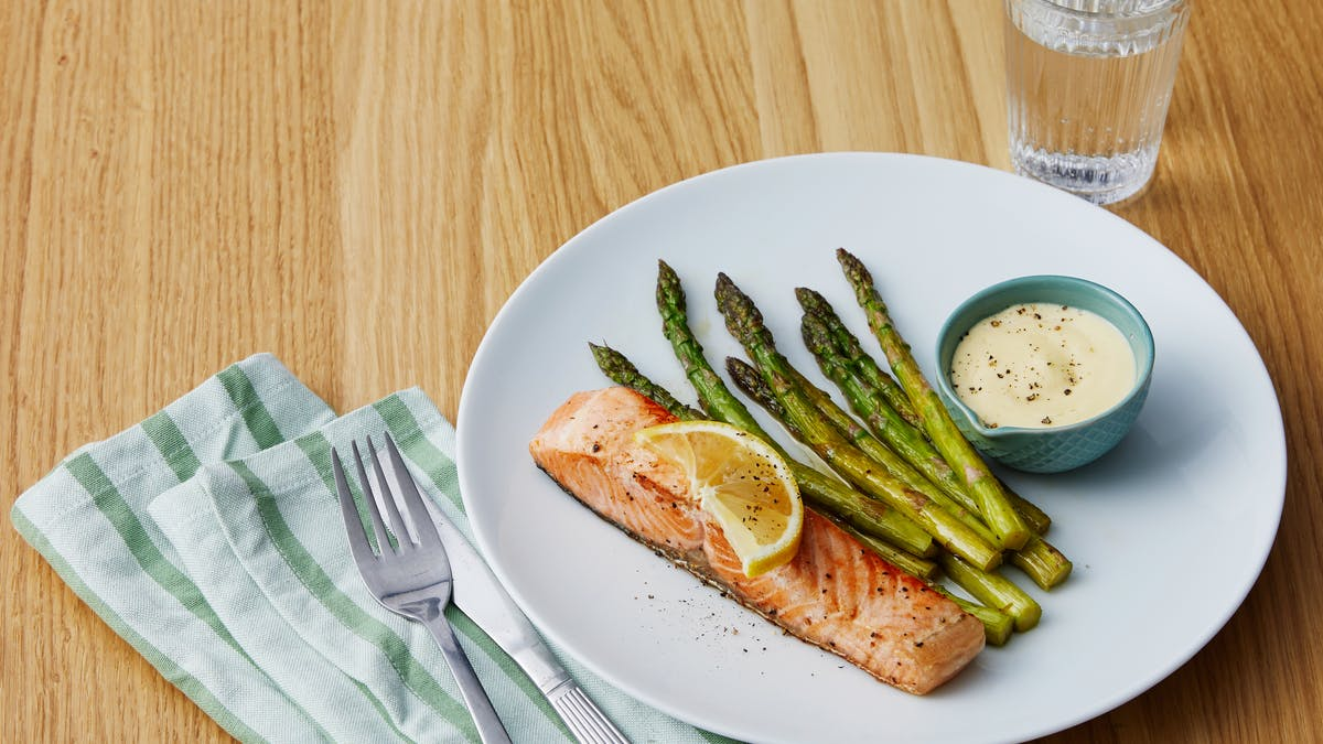 Seared salmon with asparagus and 5-minute hollandaise