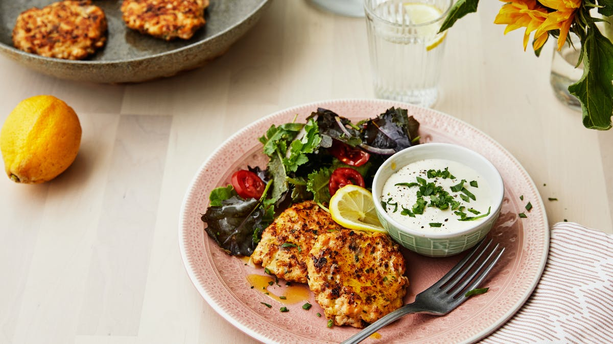 Salmon patties with feta cheese sauce