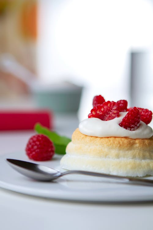 Low-carb pavlova with fresh berries