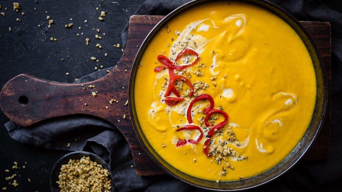 Low-carb golden pumpkin spice soup