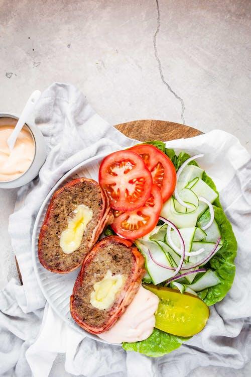 Keto Cheese-Burger Meatloaf与BBQ MayoGydF4y2Ba