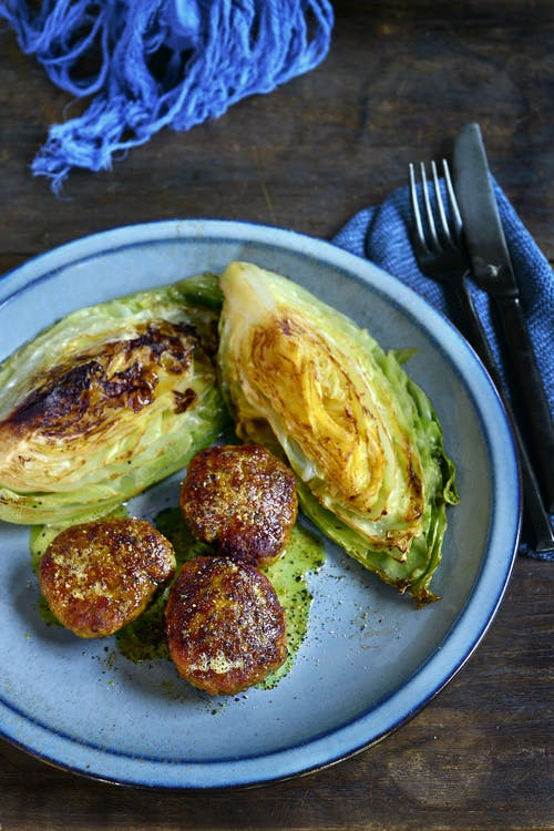 Sautéed pointed cabbage with chicken meatballs