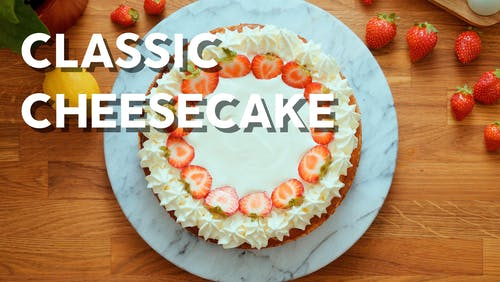 Low-carb cheesecake with sour cream topping